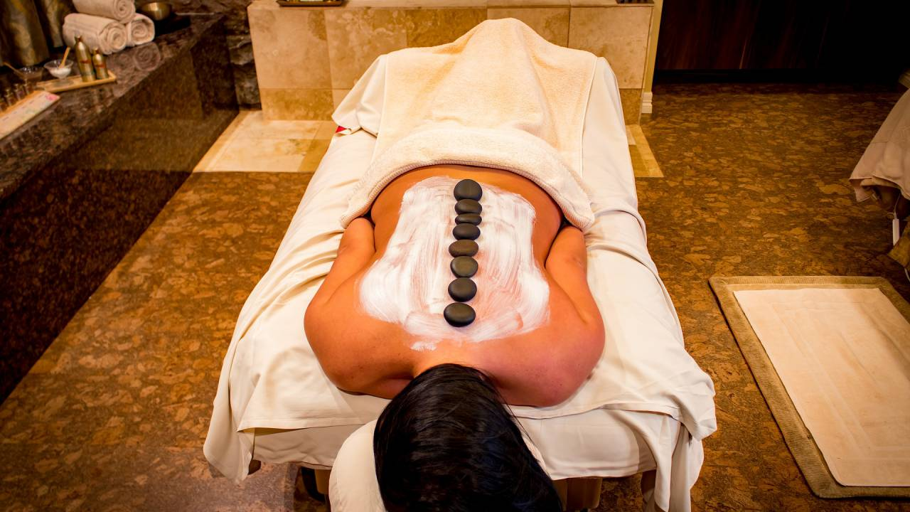 Hot-Stone-Massage - eine der Massageangebote
